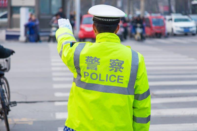 O polícia de tráfego chinês ajuda o tráfego direto em um ocupado interse foto de stock royalty free