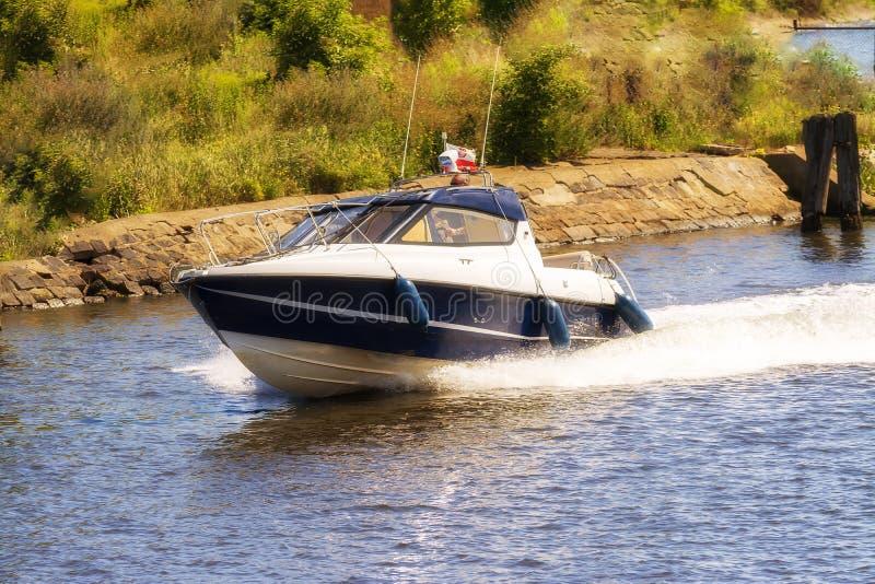O Polônia, barco de motor de Gdansk 2016-07-20 no rio, Gdansk, conduz rapidamente foto de stock royalty free