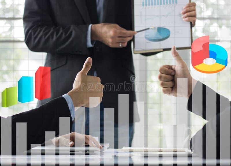 o polegar da mostra do homem de negócios e admira na sala de reunião foto de stock royalty free