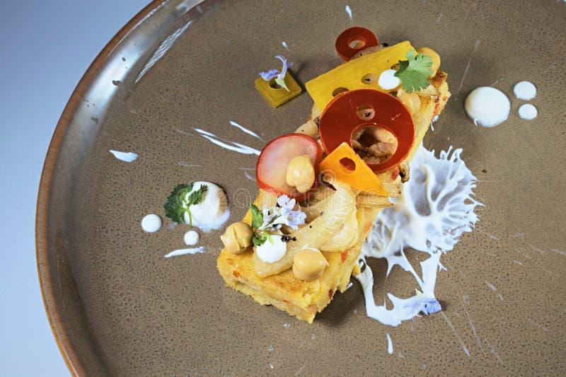 O polenta marroquino do estilo serviu com gel do iogurte e os vegetais conservados imagens de stock