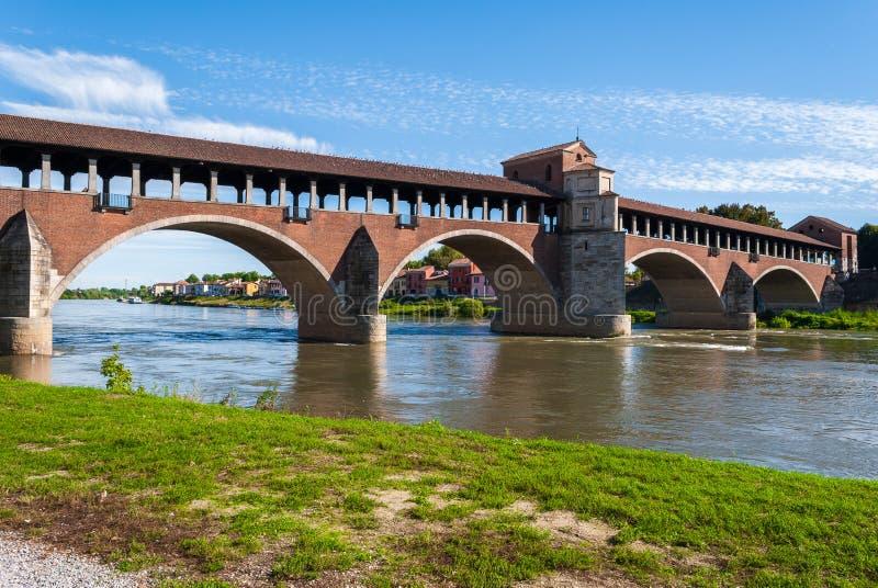 O Ponte Coperto em Pavia (Itália do norte) acima do rio Ticino fotos de stock royalty free
