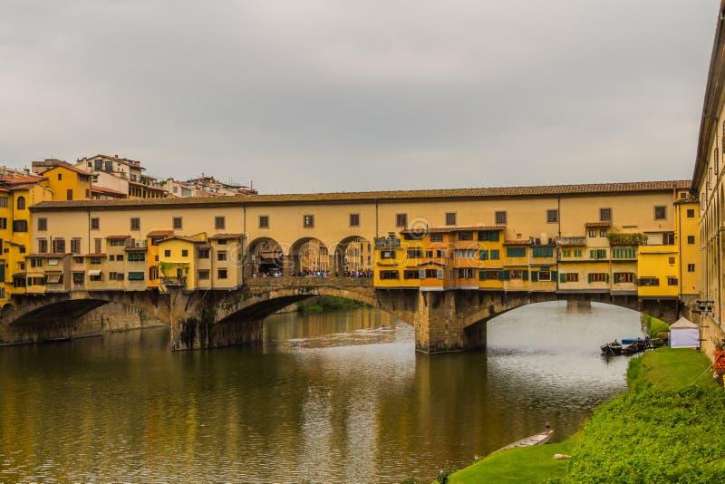 O Ponte Vecchio (ponte velha) em Florença, Itália fotografia de stock