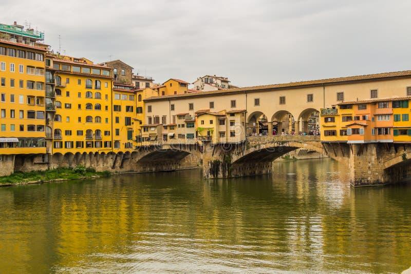 O Ponte Vecchio (ponte velha) em Florença, Itália imagens de stock