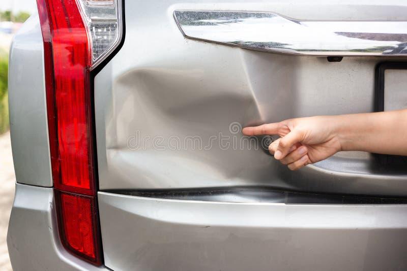 O ponto da mão do sofredor do amortecedor do carro do veículo amolgou quebrado do colo foto de stock