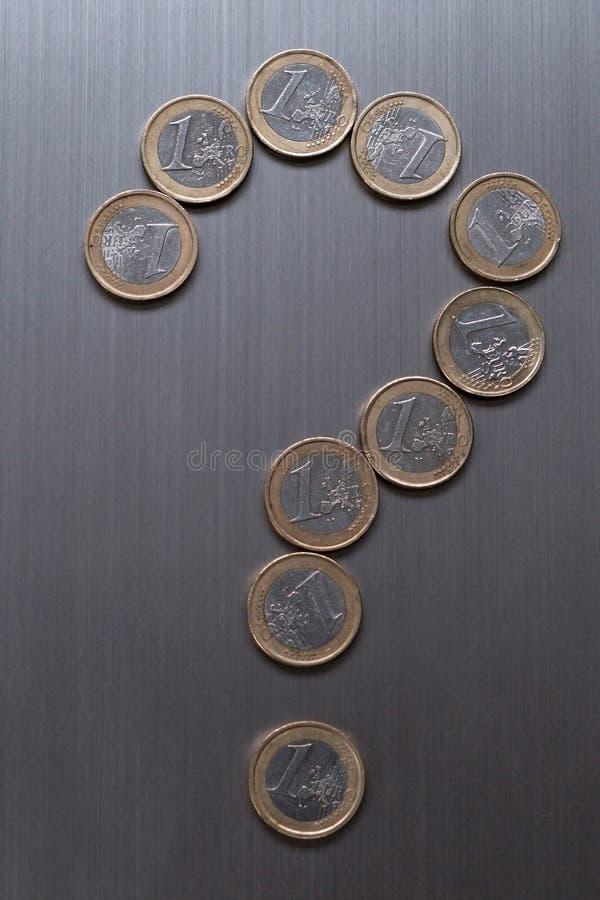 O ponto de interroga??o fez de moedas de um euro em um fundo met?lico Conceito europeu da finan?a da moeda imagem de stock