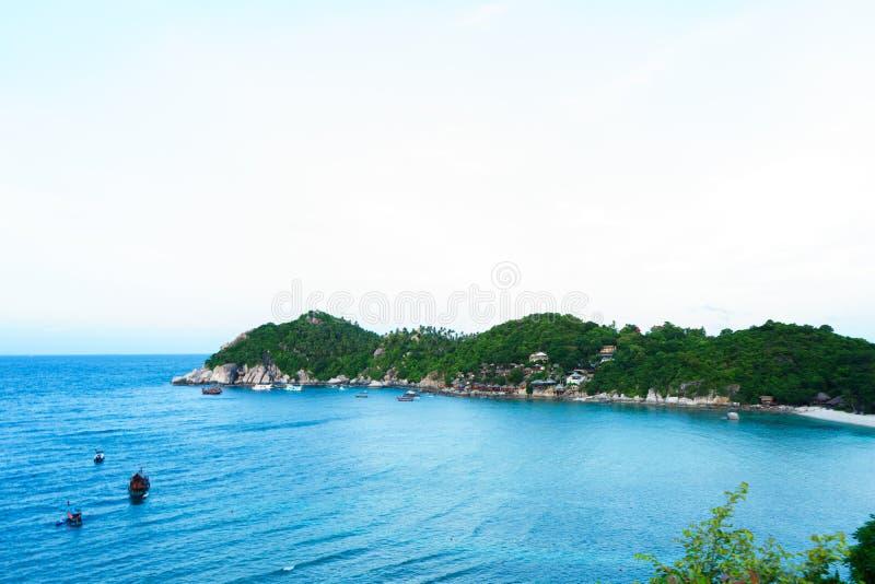O ponto de vista da parte superior da montanha para considera a praia, o mar e o natur fotos de stock royalty free