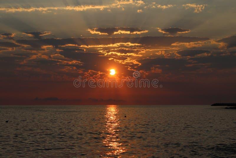 O por do sol é um dos fenômenos os mais fascinantes da natureza fotos de stock royalty free