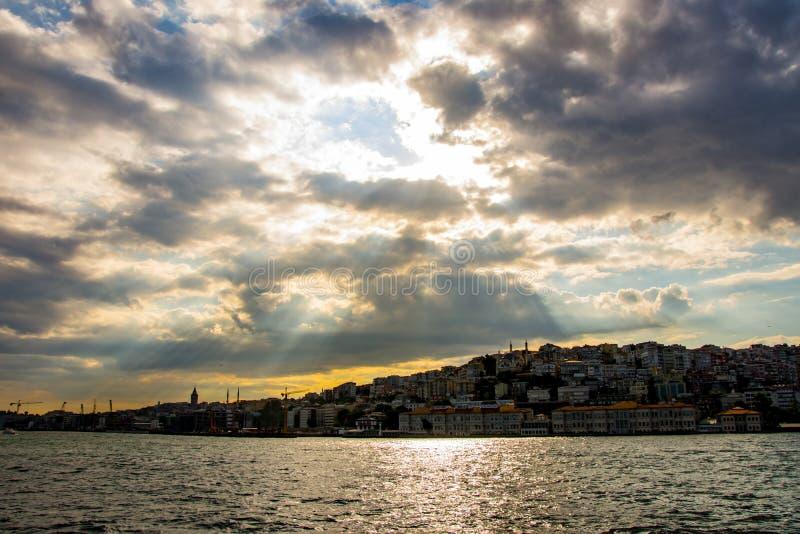 O por do sol acima da peça de Karakoy da cidade de Istambul fotografia de stock
