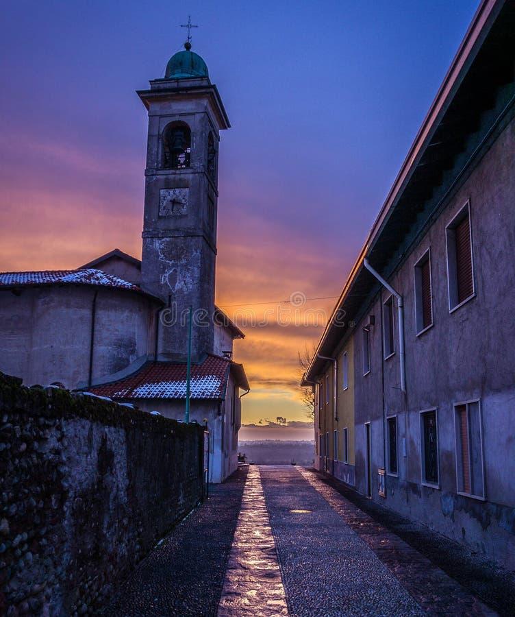 O por do sol bonito da cor na vila imagem de stock royalty free