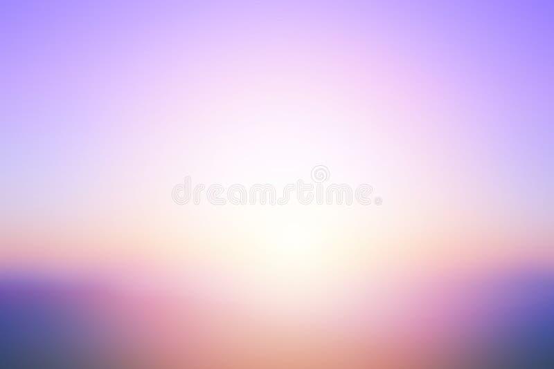O por do sol brilhante abstrato com o sol focalizado de ilumina o fundo borrado imagem de stock