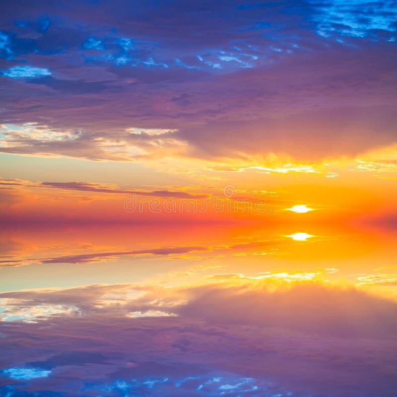 O por do sol colorido bonito sobre o mar Mediterrâneo é refletido dentro fotografia de stock royalty free