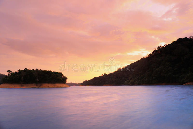O por do sol de Shing Mun Reservoir imagens de stock royalty free