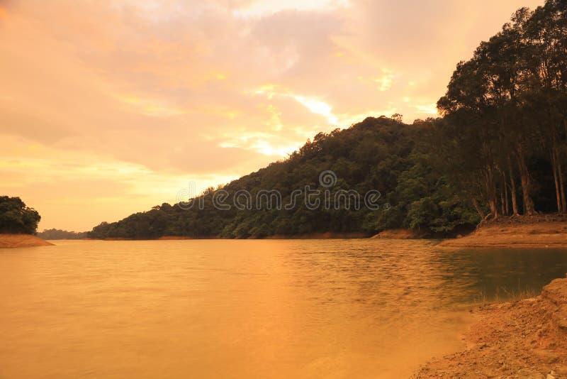O por do sol de Shing Mun Reservoir fotos de stock royalty free