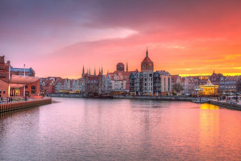 O por do sol de surpresa em Gdansk refletiu no rio de Motlawa, Polônia foto de stock
