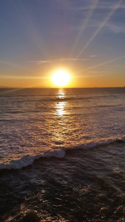 O por do sol do surfista fotos de stock royalty free