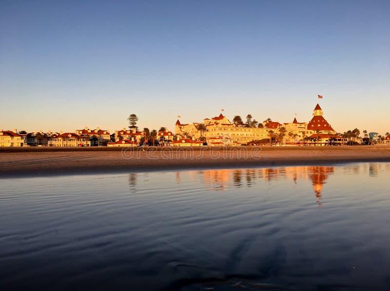 O por do sol dourado aquece o hotel histórico Del Coronado em Califórnia imagens de stock royalty free