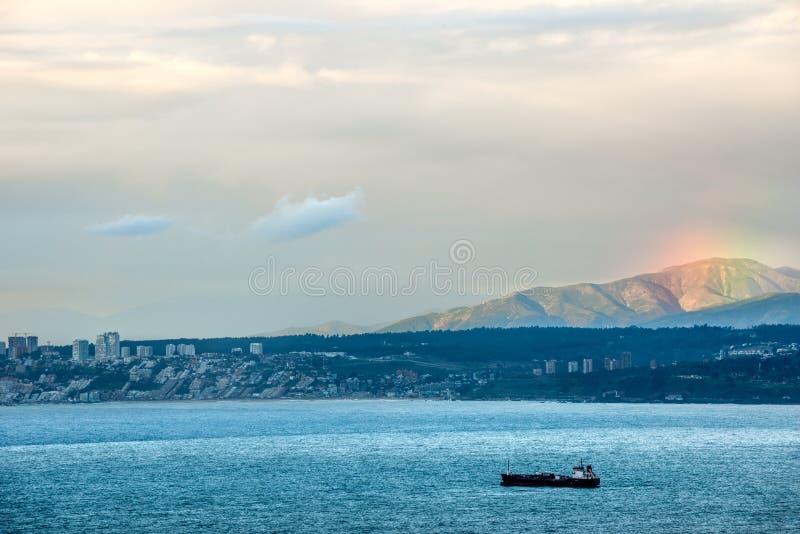 O por do sol e um arco-íris sobre o Valparaiso latem foto de stock