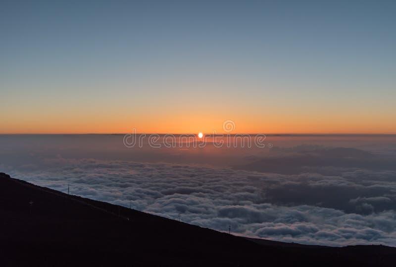 O por do sol em Maui viu da parte superior de Haleakala imagens de stock