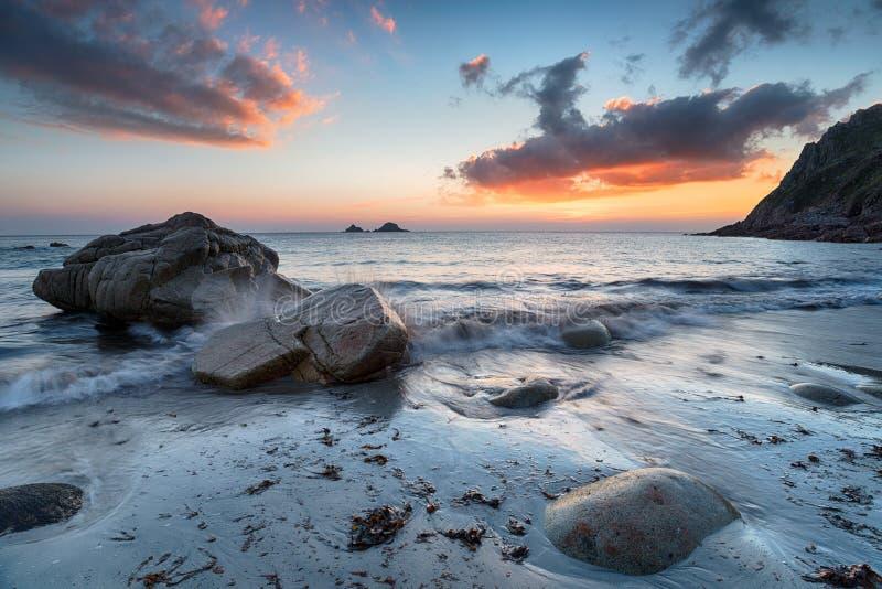 O por do sol em Porth nanven em Cornualha fotografia de stock royalty free
