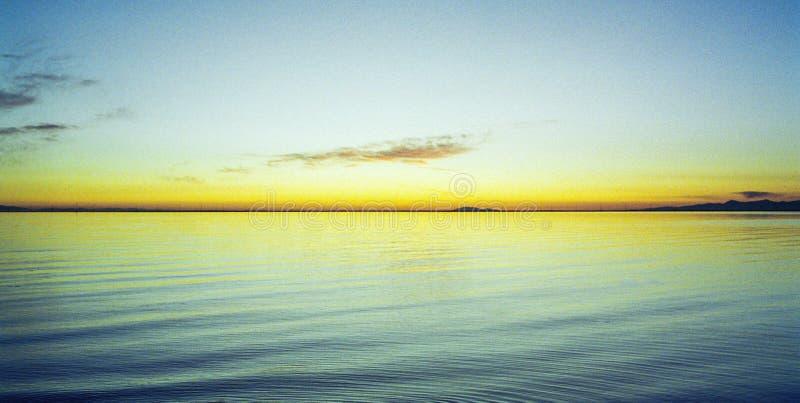 O por do sol excepcionalmente colorido molda a matiz do ouro amarelo o Oceano Pacífico fotos de stock royalty free