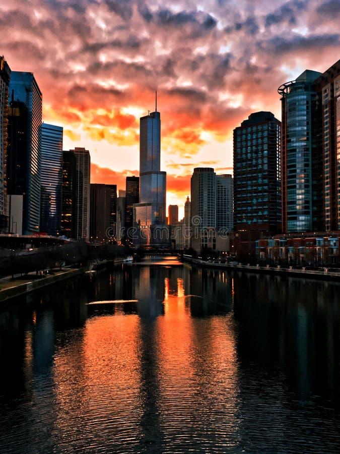 O por do sol impressionante queima-se sobre o Chicago River em uma noite do inverno no laço do ` s de Chicago imagem de stock