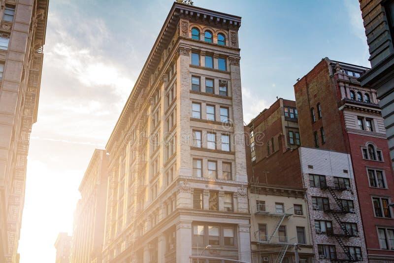 O por do sol incandesce em um bloco de construções velhas em New York City fotografia de stock