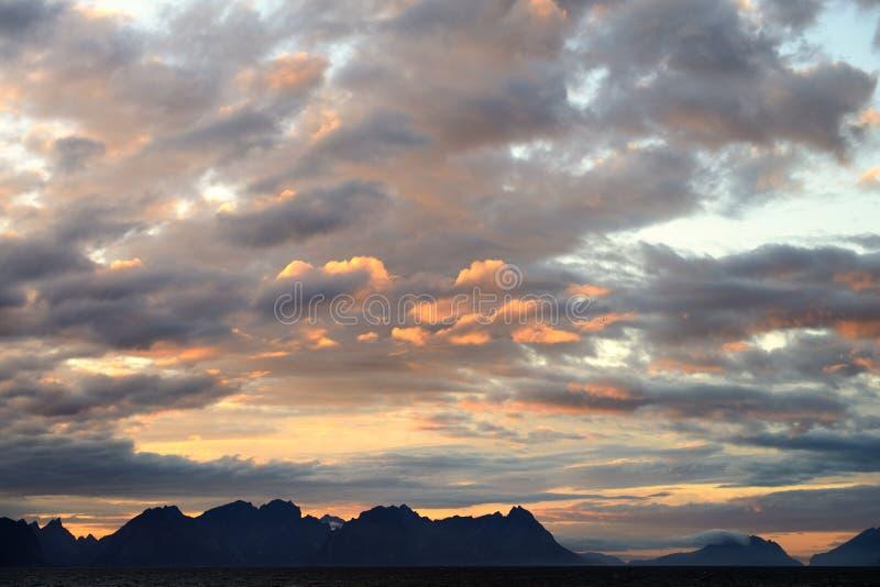 O por do sol lofoten dentro ilhas fotografia de stock royalty free