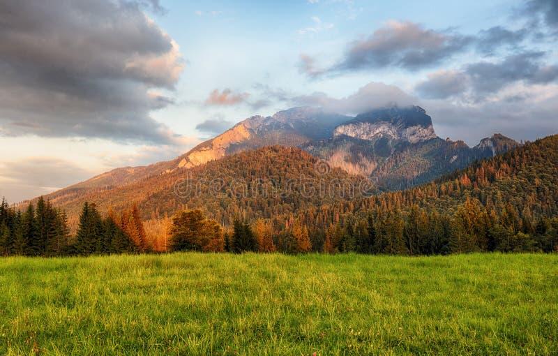 O por do sol majestoso nas montanhas ajardina, Carpathian, Eslováquia foto de stock royalty free
