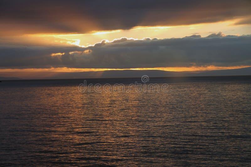 O por do sol na costa da égua de Weatern fotos de stock