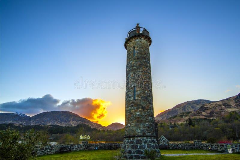 O por do sol no Glenfinnan Momunent no Loch Shiel dedicou à insurreição do ` s Jacobite de Bonnie Prince Charlie foto de stock royalty free