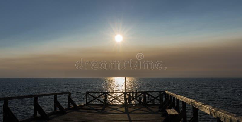 O por do sol no lago imagem de stock