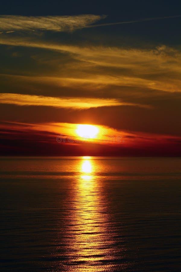 O por do sol no mar fotografia de stock royalty free