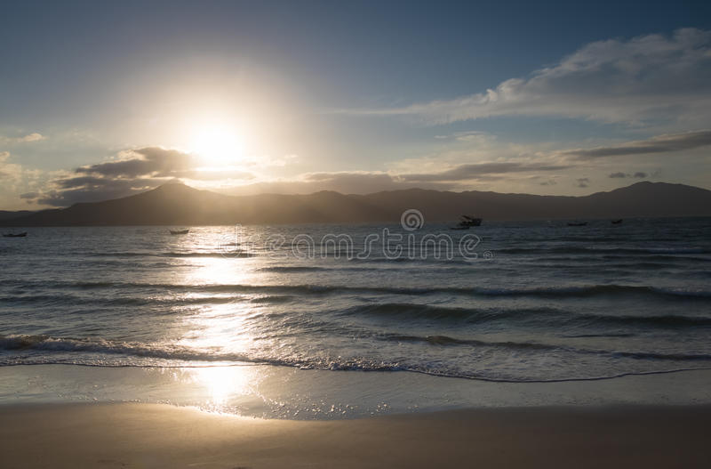 O por do sol no Praia faz a praia do forte - Florianopolis, Santa Catarina, Brasil imagem de stock