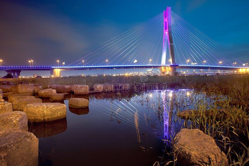 O por do sol norte novo da ponte, cidade nova de Taipei, Taiw fotos de stock royalty free