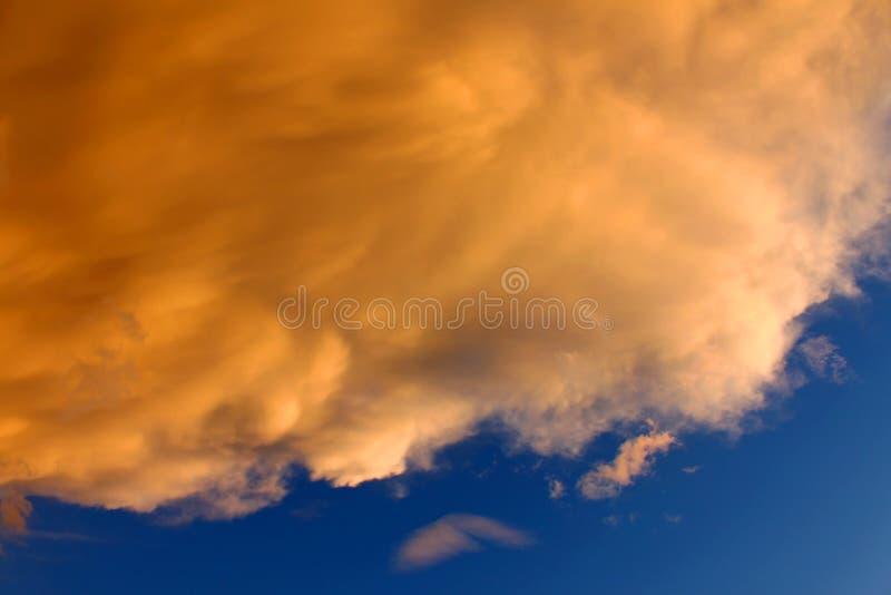 O por do sol nubla-se o fundo imagem de stock royalty free