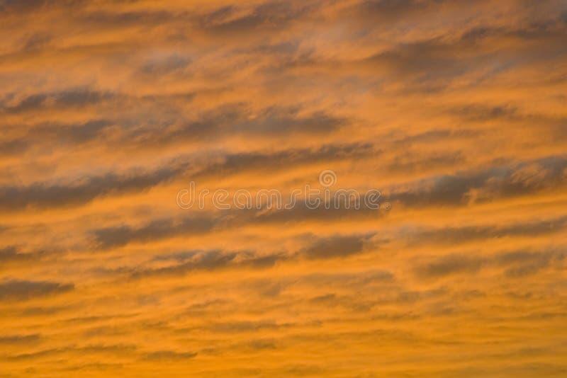 O por do sol nubla-se o fundo imagens de stock