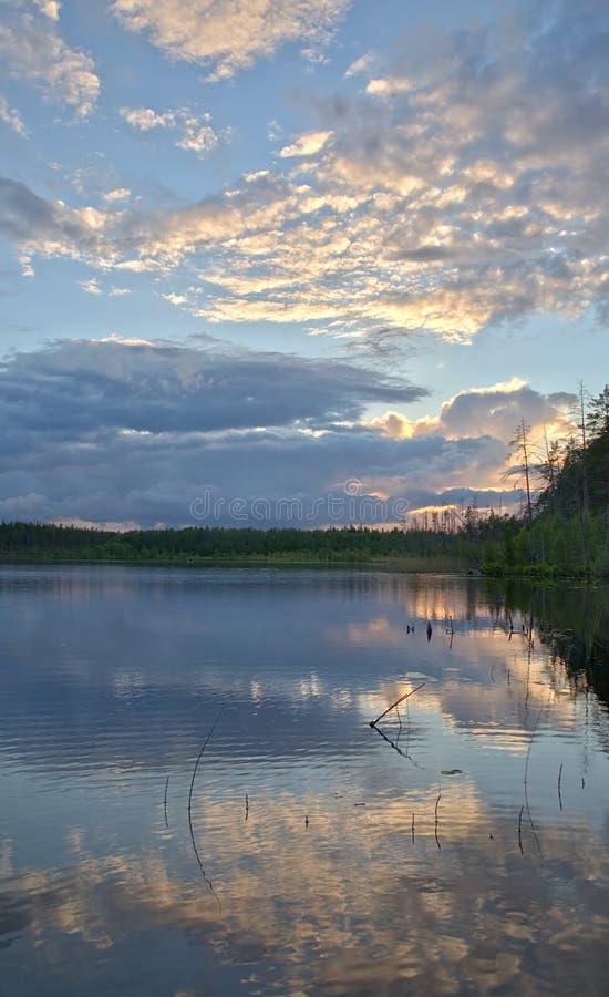 O por do sol nubla-se a reflexão fotografia de stock