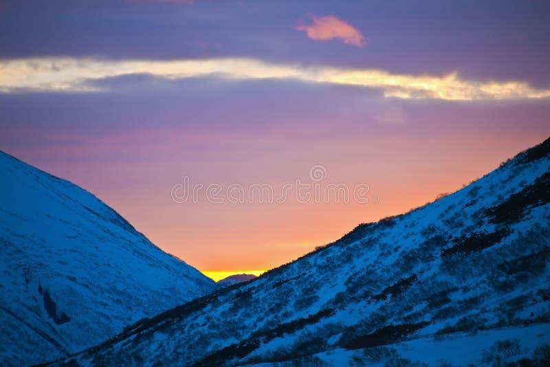 O por do sol pinta o céu da noite na mola nas montanhas de Kamc imagem de stock