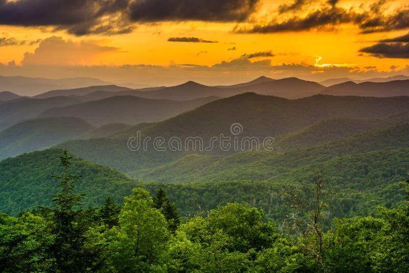 O por do sol sobre as montanhas apalaches da forquilha de Caney negligencia o fotos de stock royalty free