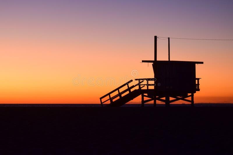 O por do sol sobre EUA encalha e salva-vidas Tower em Santa Monica, Califórnia fotos de stock
