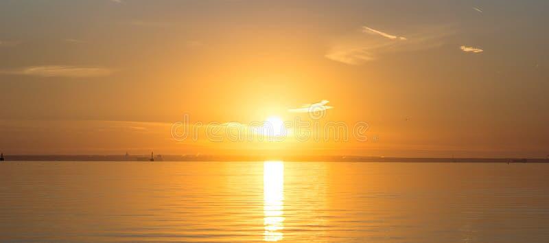 O por do sol sobre o Golfo da Finlândia imagens de stock royalty free