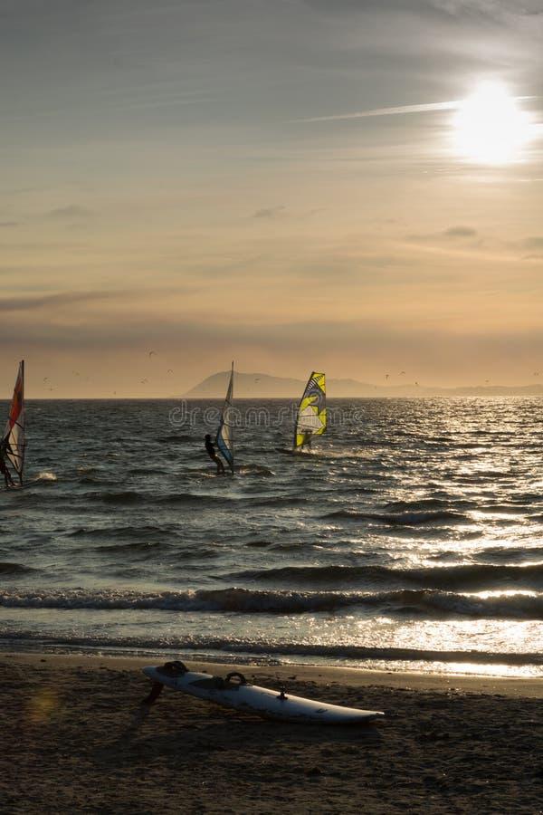 O por do sol sobre o mar ou o oceano e o estilo livre extremo ostentam o windsur foto de stock royalty free