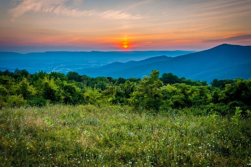 O por do sol sobre um prado na montanha da passagem negligencia, a movimentação da skyline, S fotos de stock