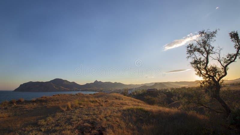 O por do sol sobre o vulcão antigo Kara-Dag imagens de stock royalty free
