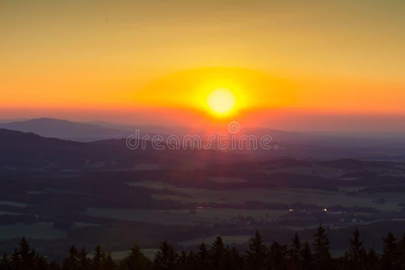 O por do sol surpreendente em montes com sol irradia das montanhas do kravi, Czec imagens de stock