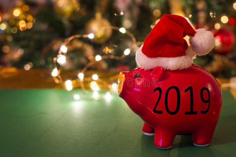 O porco é símbolo do ano 2019 Convite do ano novo O ano novo feliz e casa o Natal imagens de stock royalty free