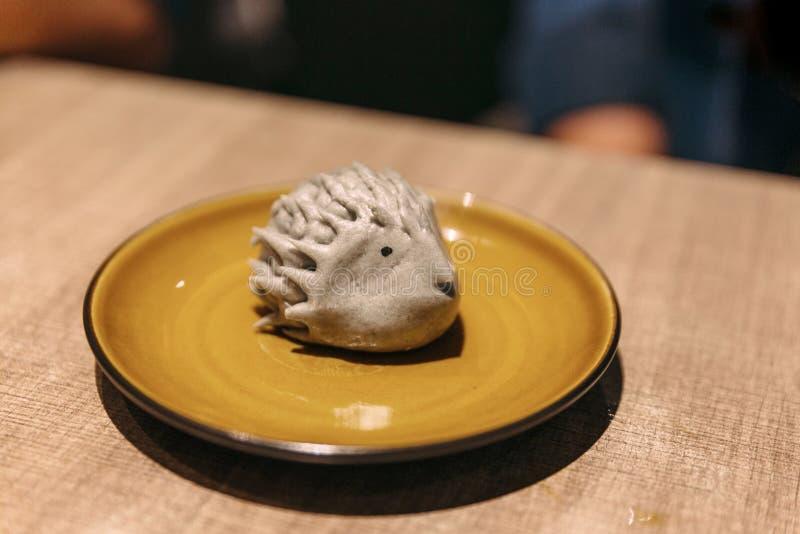 O porco- deu forma ao bao do feijão preto Servido na placa cerâmica amarela foto de stock royalty free