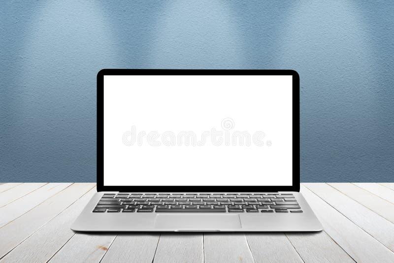 O portátil com a tela vazia branca do modelo é sobre os wi de madeira da tabela imagem de stock