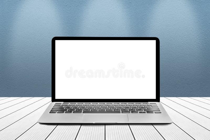 O portátil com a tela vazia branca do modelo é sobre os wi de madeira da tabela fotos de stock