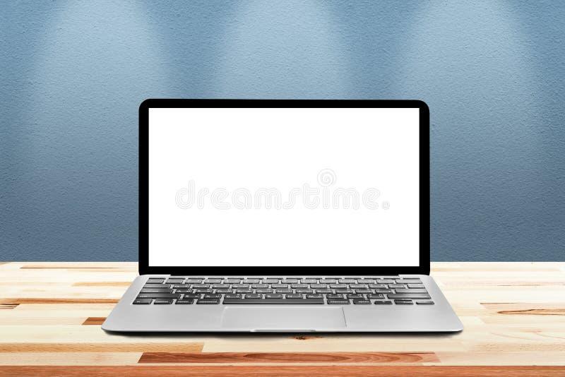 O portátil com a tela vazia branca do modelo é sobre os wi de madeira da tabela foto de stock royalty free